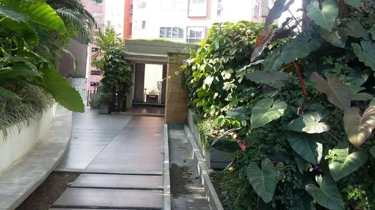 Zonas comunes del edificio con hermosos jardines : Casetas de jardín de estilo  por CH Proyectos Inmobiliarios