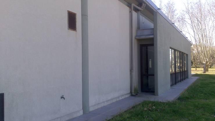 sala asambleas arzobispado (pilar): Estudios y oficinas de estilo  por 253 ARQUITECTURA,