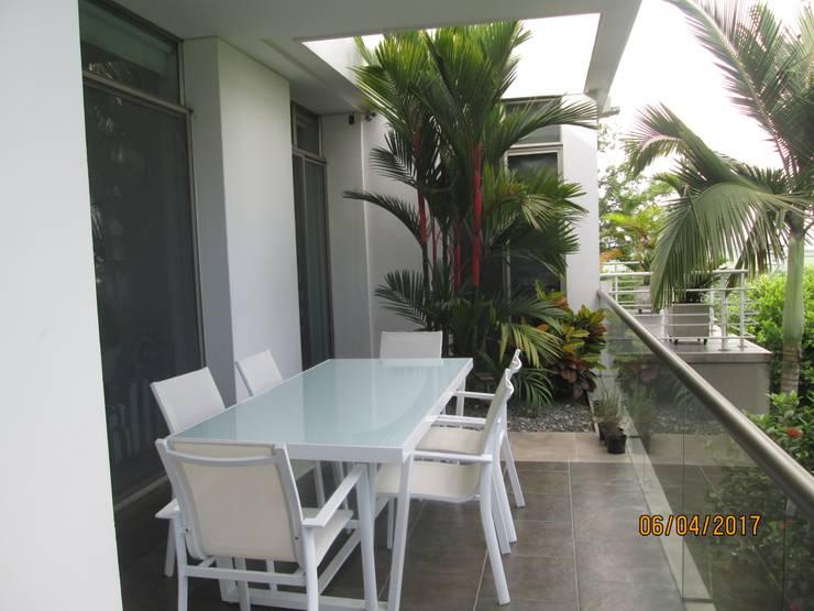 La terraza de la alcoba principal: Terrazas de estilo  por CH Proyectos Inmobiliarios