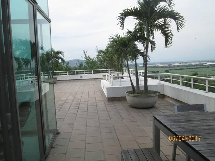 Acogedora terraza que tiene vista espectacular a la montañas y al valle.: Terrazas de estilo  por CH Proyectos Inmobiliarios