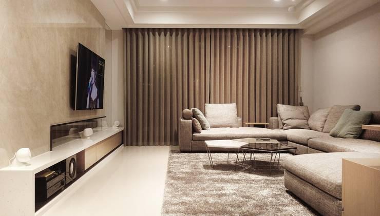 客廳全景:  客廳 by 見和空間設計