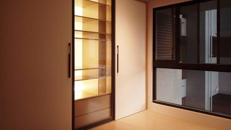 男孩房:  臥室 by 見和空間設計