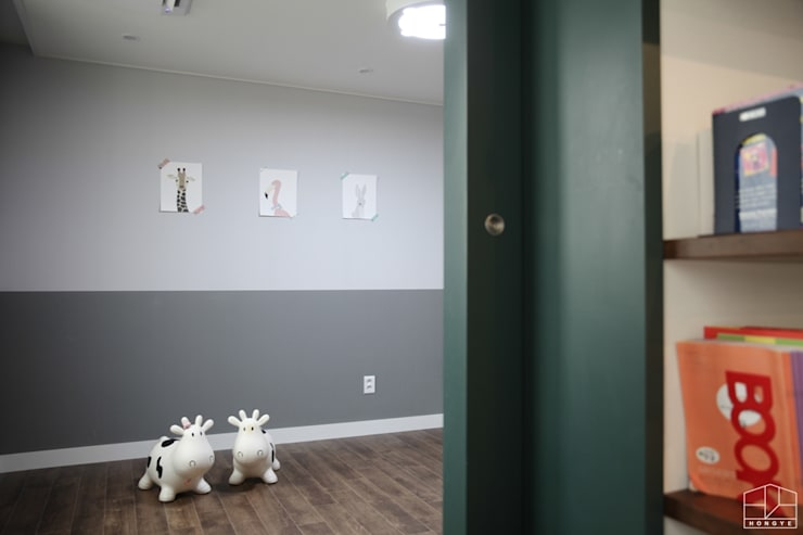 거실에서 바라본 놀이방: 홍예디자인의  어린이용 침실
