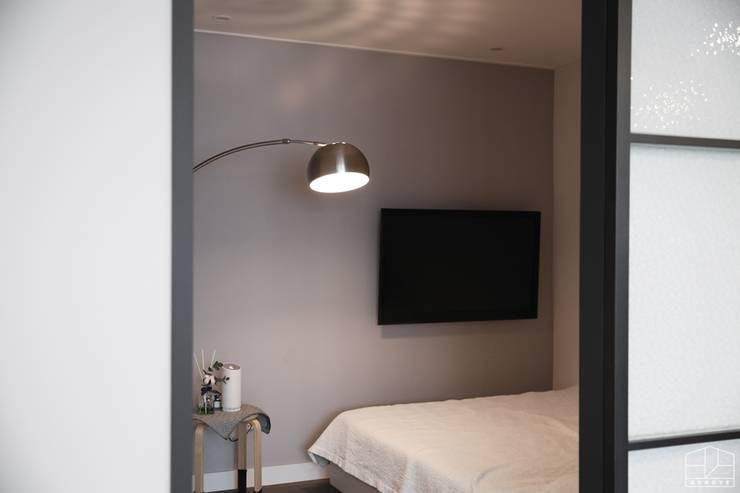 부부침실: 홍예디자인의  침실