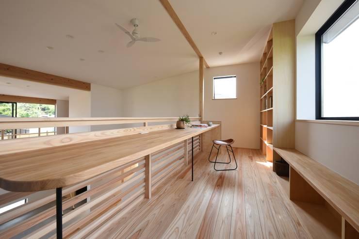 Salas / recibidores de estilo  por 創右衛門一級建築士事務所, Moderno