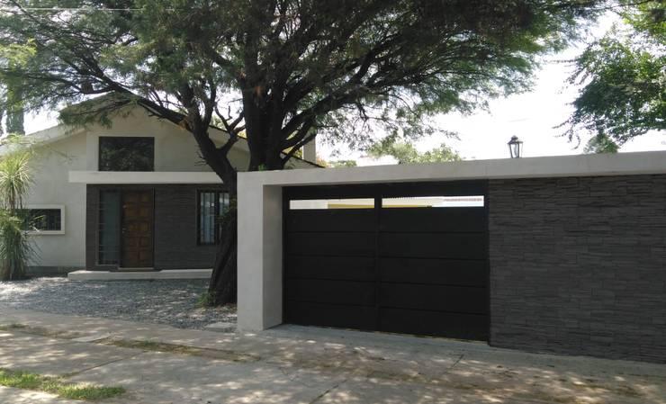 Fachada: Casas de estilo  por Goldbrick arquitectura,