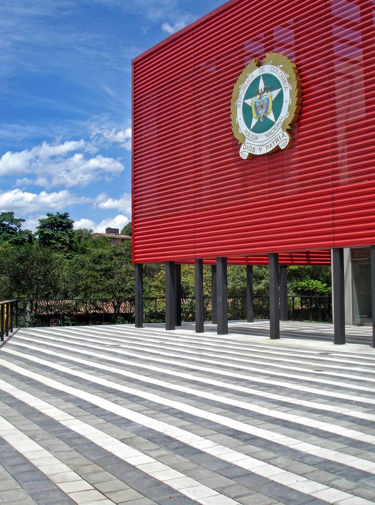 Policia de Belen: Estudios y despachos de estilo  por ARQUITECTOS URBANISTAS A+U