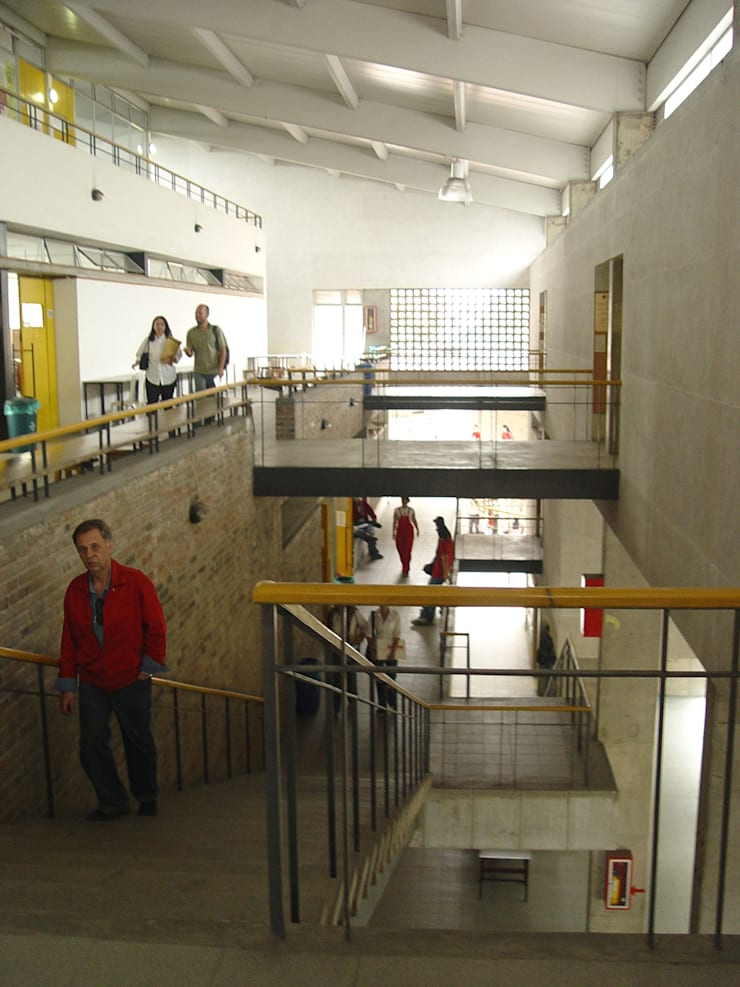 Facultad Arquitectura UPB: Pasillos y vestíbulos de estilo  por ARQUITECTOS URBANISTAS A+U
