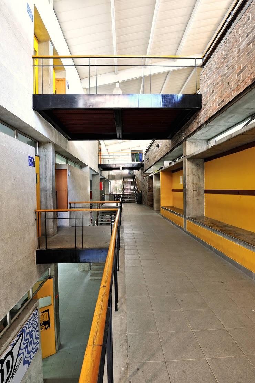 Facultad Arquitectura UPB: Estudios y despachos de estilo  por ARQUITECTOS URBANISTAS A+U