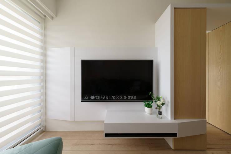 電視牆:  客廳 by Moooi Design 驀翊設計