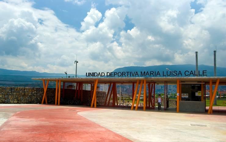 Unidad Deportiva Maria Luisa Calle: Gimnasios  de estilo  por ARQUITECTOS URBANISTAS A+U, Moderno