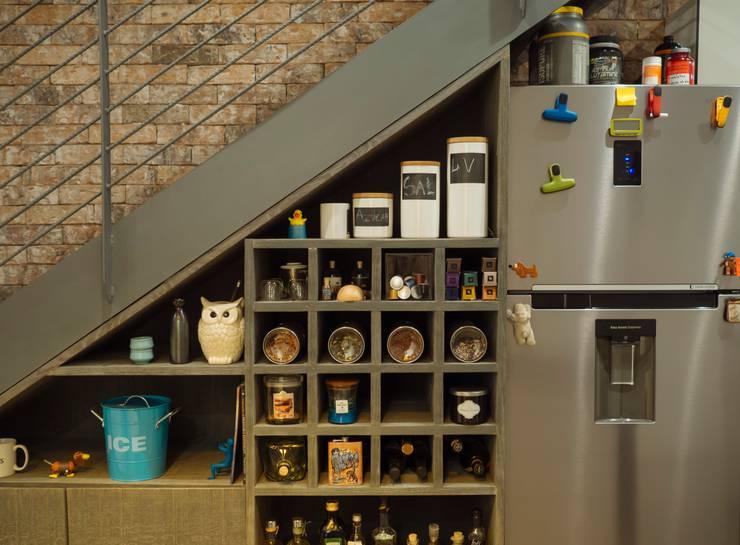 Mobiliario, acabados, closets e interiorismo dpto Ch: Cocinas de estilo ecléctico por Nube Interiorismo