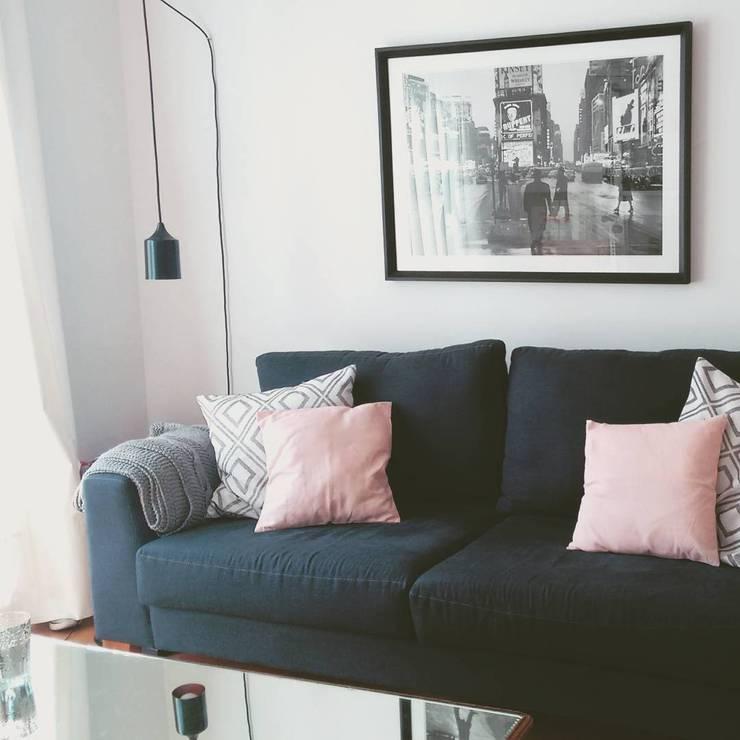 Sofá, Cuadro, Lámpara: Livings de estilo  por BLUK interiores