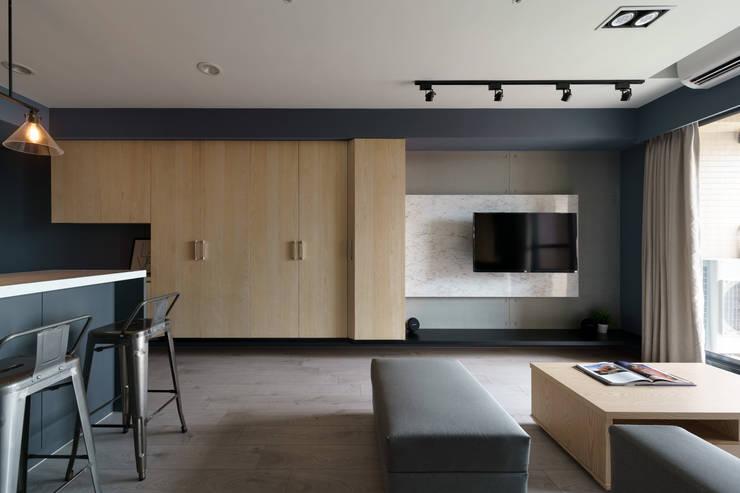 Residence   Kaohsiung 毓品 李宅:  客廳 by E&K宜客設計