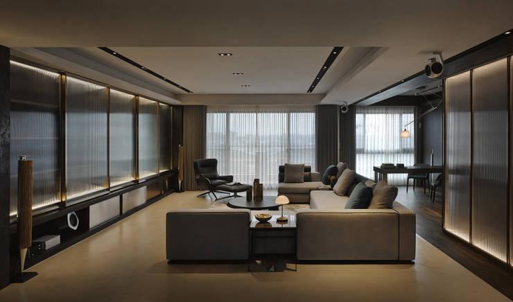 Residence C:  客廳 by 相即設計室內裝修有限公司