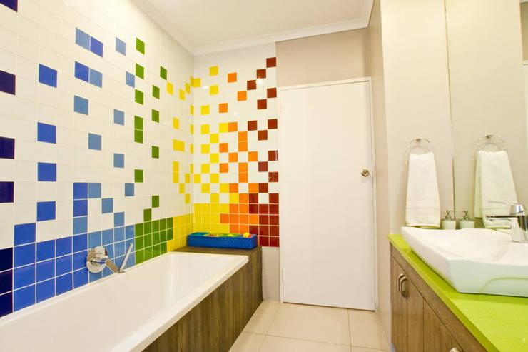 Baños de estilo  por Redesign Interiors