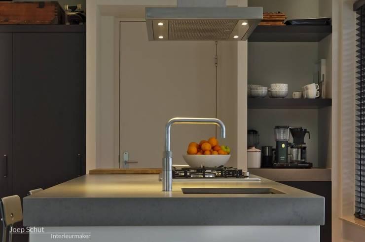 Maatwerkkeuken: kastenwand met kookeiland. Eiken fronten en composiet werkblad:  Keuken door Joep Schut, interieurmaker