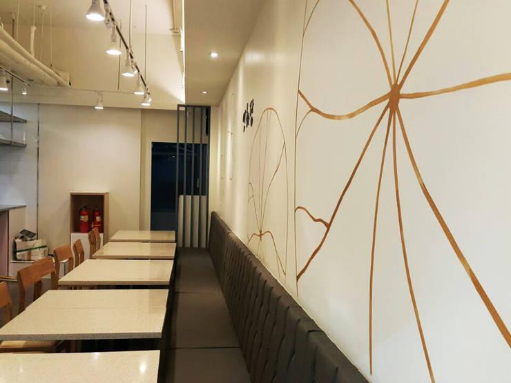 Salas multimedia de estilo  por 디자인모리