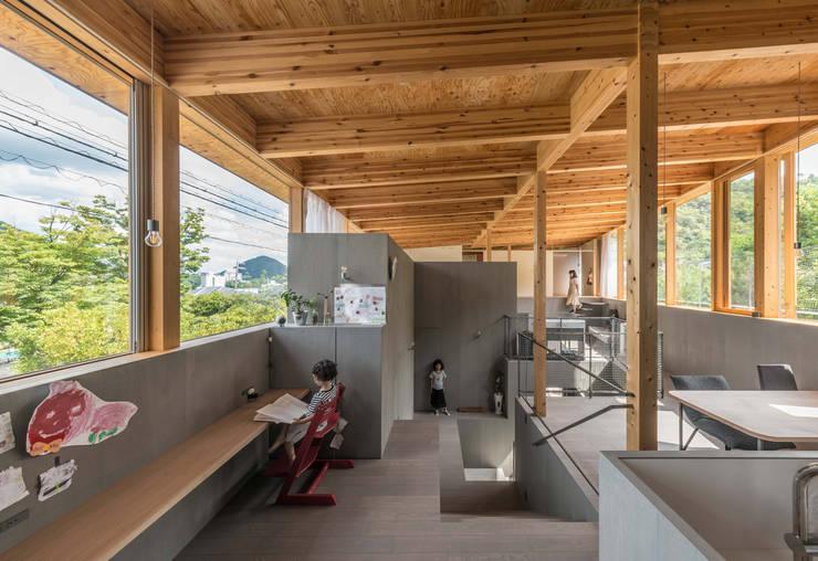 ダニングとワークスペース: 武藤圭太郎建築設計事務所が手掛けたダイニングです。