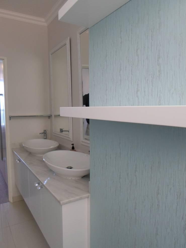 Baños de estilo  de BHD Interiors, Moderno