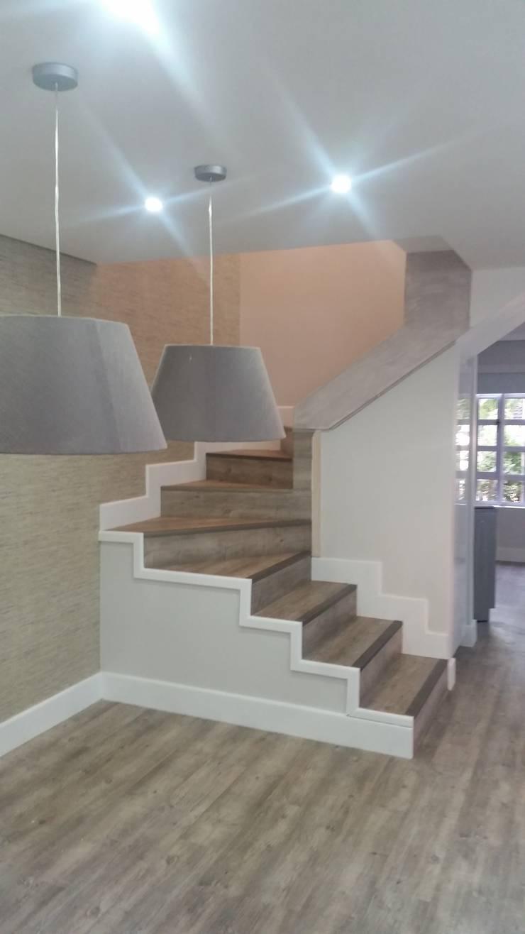 Pasillos y vestíbulos de estilo  de BHD Interiors, Moderno