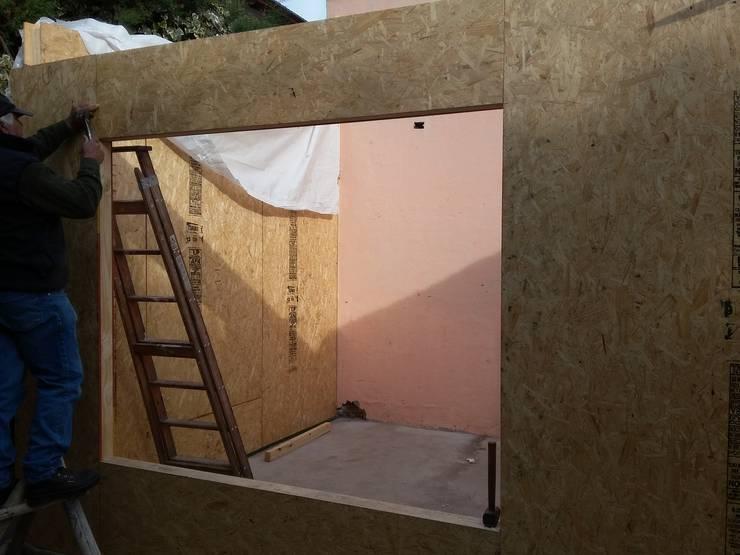 Construcción de ampliación de vivienda con sistema SIPANEL:  de estilo  por Mora Arquitectura y Diseño,