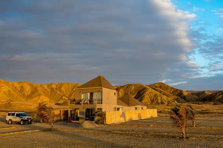 Vista sur-este / South-east view: Casas ecológicas de estilo  por Lores STUDIO. arquitectos, Rústico Aglomerado