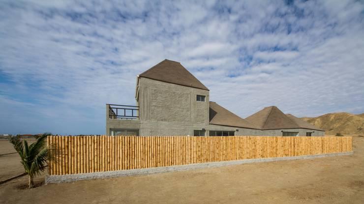 Vista sur-norte / North-South view: Casas ecológicas de estilo  por Lores STUDIO. arquitectos, Rústico Aglomerado