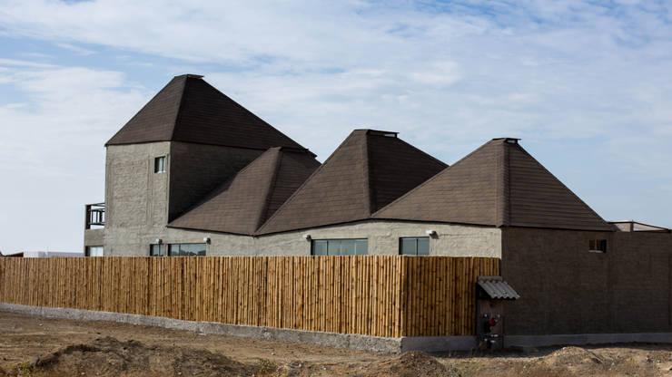 Vista este-oeste / East-West view: Casas ecológicas de estilo  por Lores STUDIO. arquitectos, Rústico Aglomerado