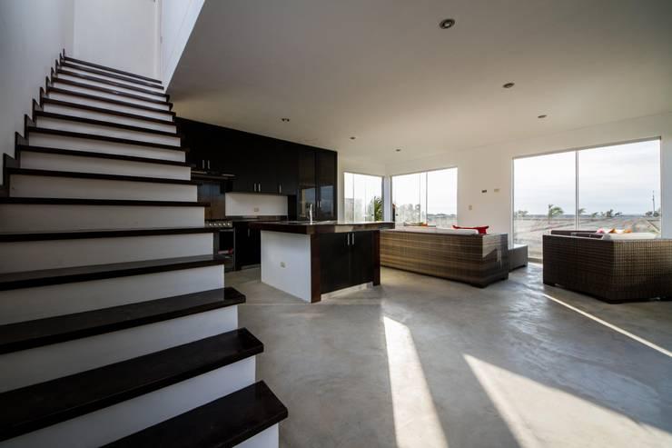 Vista interior / Interior view: Casas ecológicas de estilo  por Lores STUDIO. arquitectos, Rústico Aglomerado
