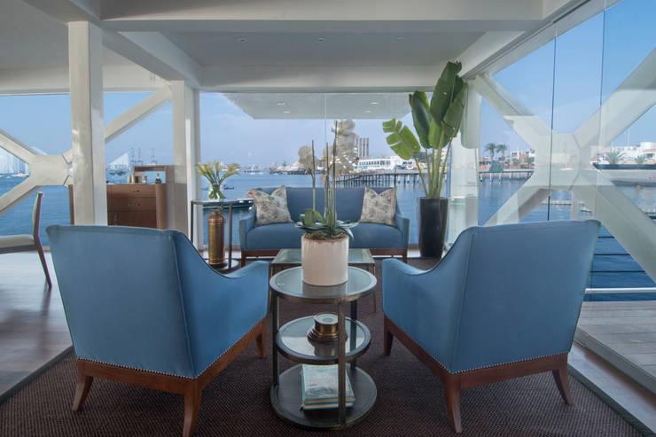 Sala de espera del restaurante / Restaurant waiting room: Yates y jets de estilo moderno por Lores STUDIO. arquitectos