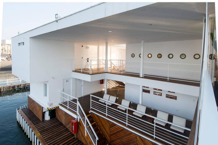 Vista del embarcadero / Pier's view: Yates y jets de estilo moderno por Lores STUDIO. arquitectos