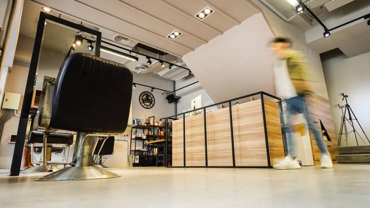 仰景:  商業空間 by 見和空間設計