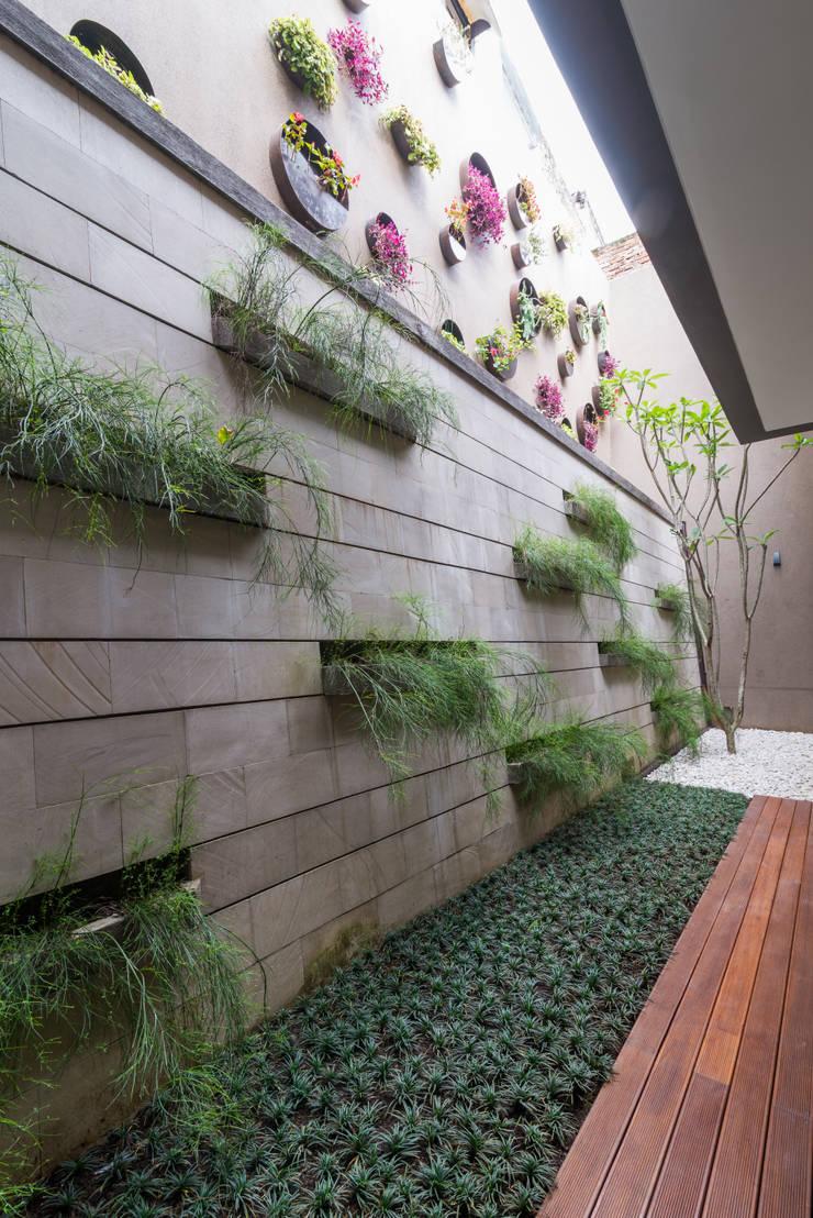 Budisari Residence:  Taman by ARCHID