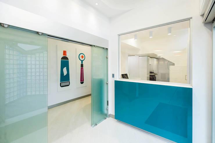 reception: Spazi commerciali in stile  di ADIdesign*  studio
