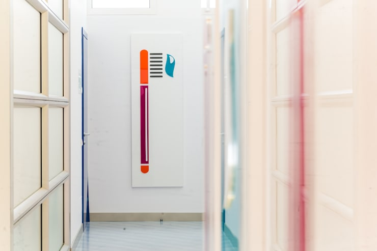 pannelli decorativi: Cliniche in stile  di ADIdesign*  studio