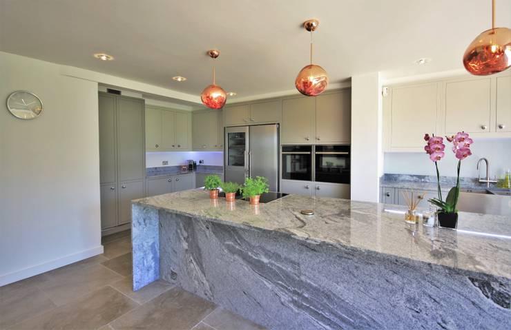Large Kitchen Island With Breakfast Bar Cocinas de estilo clásico de Kitchencraft Clásico Madera maciza Multicolor