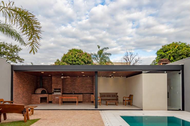 Casa Granada: Garagens pré-fabricadas  por Estúdio HAA!