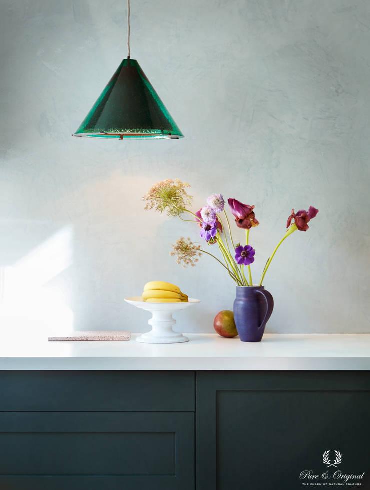 Keuken met Marrkech Walls Polar Blue en Traditional Paint lak op waterbasis in de kleur Black Hills:  Keuken door Pure & Original, Modern