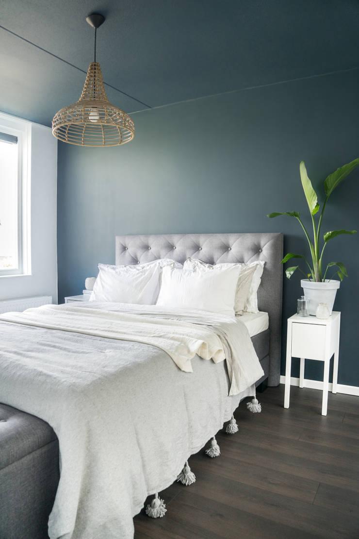Scandinavische slaapkamer met blauw en wit:  Slaapkamer door Pure & Original