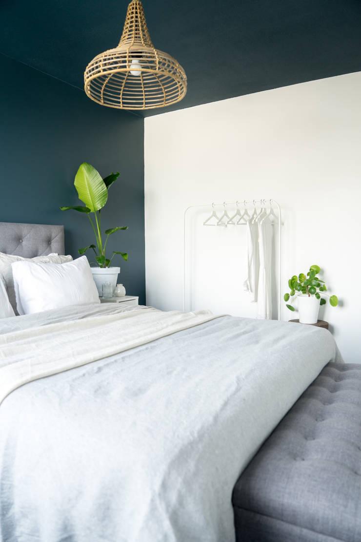 Licetto in de kleur Steel Blue en Silk White:  Slaapkamer door Pure & Original