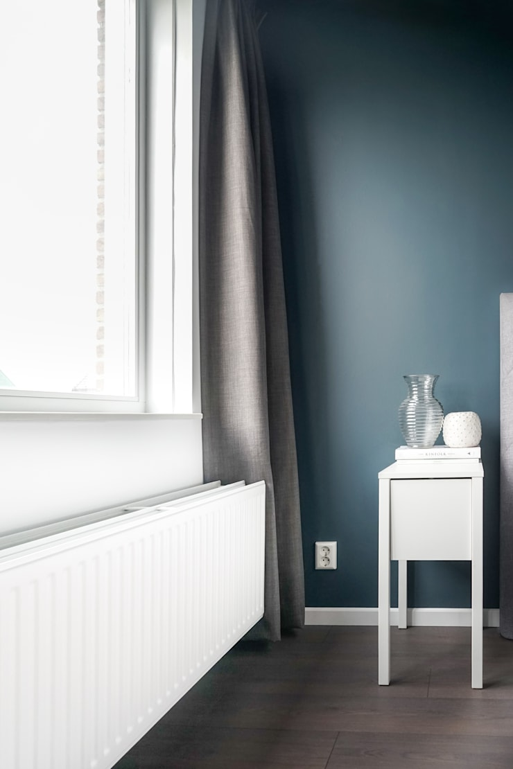 Licetto Steel Blue en Silk White; en Traditional Paint lak op waterbasis in de kleur Silk White:  Slaapkamer door Pure & Original