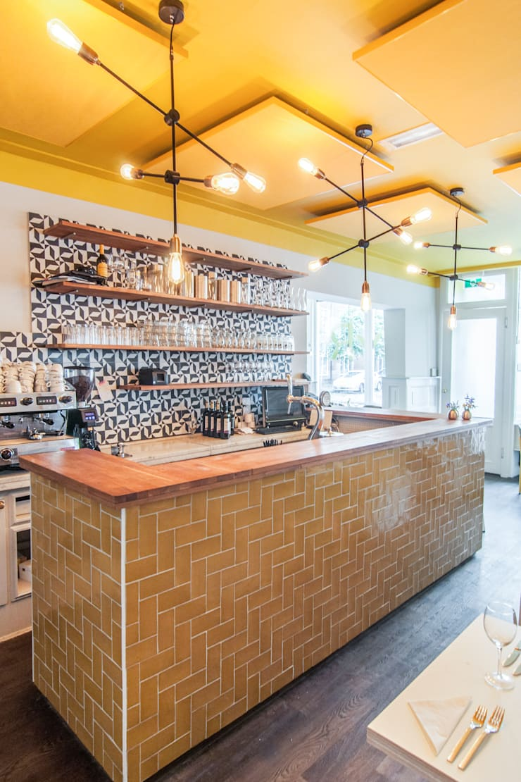 Restaurant SYR is geschilderd met de kleuren Ashes en Yellow:  Keuken door Pure & Original