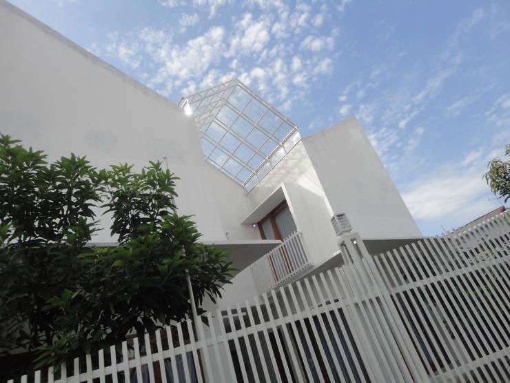 eksterior human view :  Rumah tinggal  by studioindoneosia