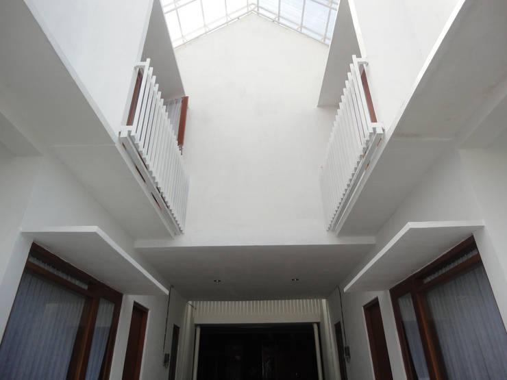 eksterior human view:  Rumah tinggal  by studioindoneosia