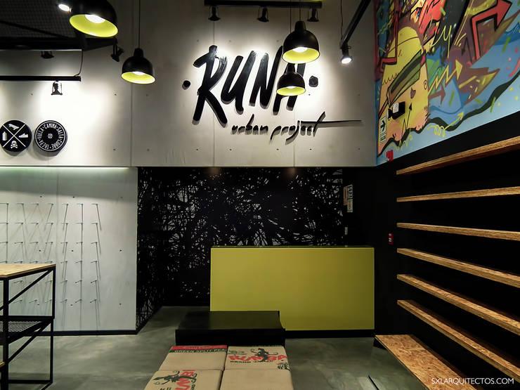 Tienda RUNA: Oficinas y Tiendas de estilo  por SXL ARQUITECTOS