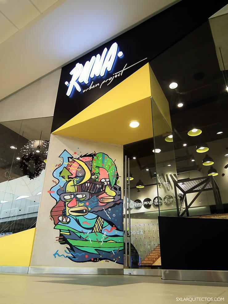 Tienda RUNA: Oficinas y Tiendas de estilo  por SXL ARQUITECTOS,