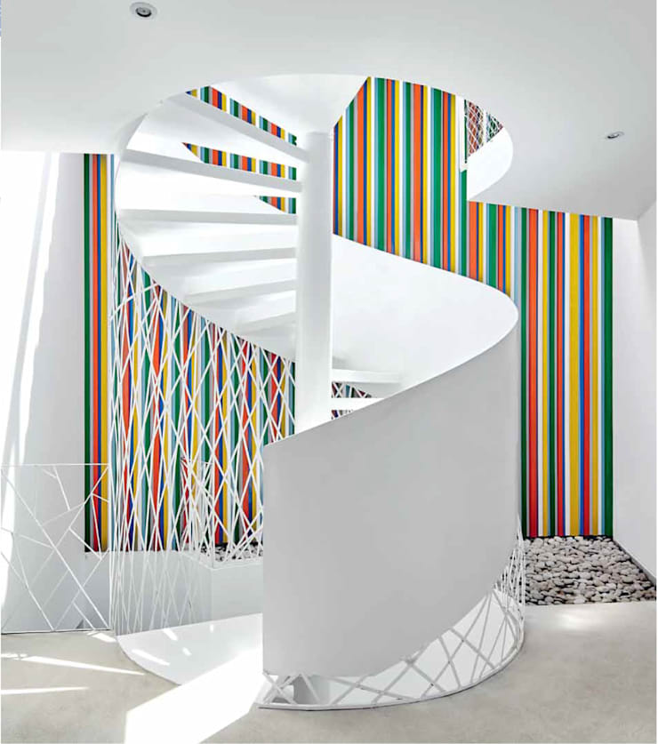 Vista de la escalera principal / View of the main staircase: Casas unifamiliares de estilo  por Lores STUDIO. arquitectos