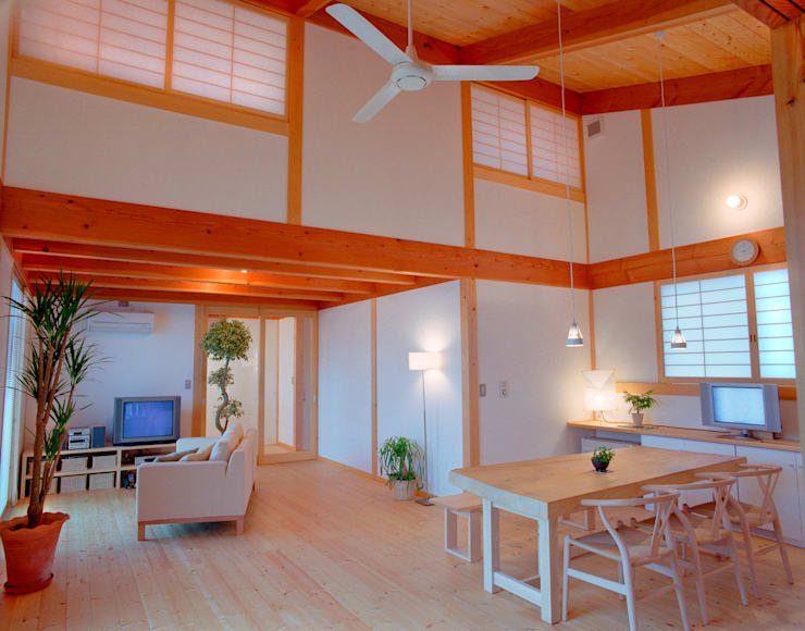 Wooden houses by 三宅和彦/ミヤケ設計事務所, Eclectic Solid Wood Multicolored