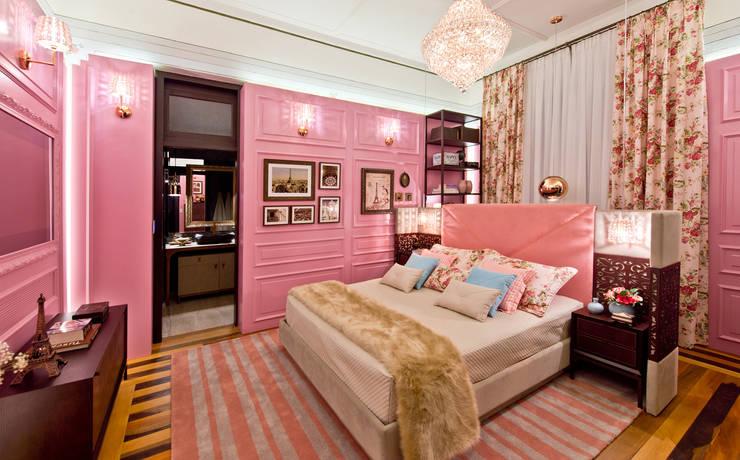 Suite Lovers: quarto e banheiro do casal: Quartos  por studio d'design by' laura gransotto